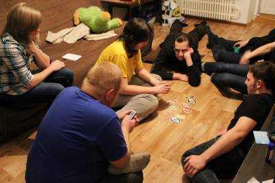 в уно 4 карты играть